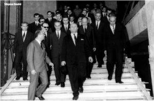 Süleyman Demirel ve kalabalık bir grup partili geniş bir merdivenden aşağıya doğru iniyor